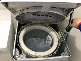 電動ドライバーと専用ブラシで洗濯槽の裏側を洗浄します