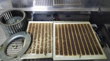 換気扇フィルターの固着油汚れ