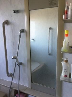 お風呂の鏡を磨く