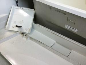 浴室バスタブ側面カバー内のカビ汚れ