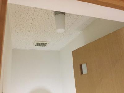 天井を白く塗る