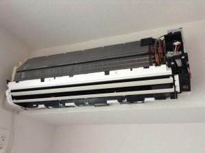 富士通製(型番:AS-A251H)エアコンの分解洗浄クリーニングです!