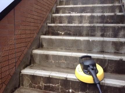 共用階段のコケ落とし