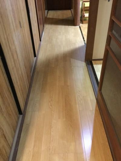 床をキレイに張り替える。 フローリング張替。