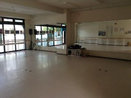 ダンススクールのホールのクリーニングです。気持ちよくダンスできるように!!