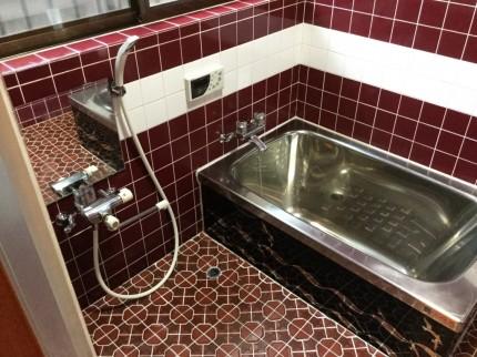 床タイルの浴室の水アカ落とし