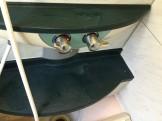 黒基調のお風呂の白い水アカ汚れを落とす方法。 それは・・・酸性洗剤と微細ブラシによる研磨です。