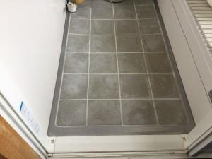 経年によるお風呂の床の水アカ汚れは、白く汚れて見えるので気になります。そんな長年のお悩みも、落とすことができるのです!
