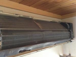夏場のみ使用のクーラー専用エアコンのクリーニングです。通常壁掛けエアコン同様洗浄可能です!ぜひ暑くなる前に御用命を!!