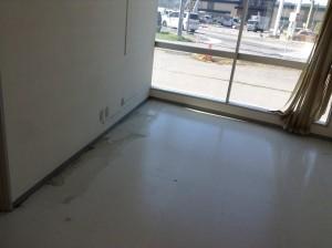 とあるオフィスのフロアをクリーニングします!広面積のため、器材を使って効率良く作業します!