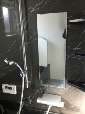 黒いお風呂はおしゃれですが、 白い汚れ(水アカ、石鹸カス)が目立つので 余計に汚れが気になります! また、黒カビは逆に見えにくいので汚れているのに気づかない。 黒は厄介ではありますが、 何とか元の黒に戻せないでしょうか?