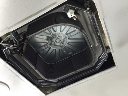 三菱 PLA-A4 天井埋込4方向業務用エアコンの分解洗浄です。 周辺養生と高所作業の為、足場を作って、作業環境を整えてから臨みます。