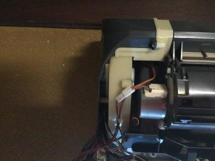 SHARP AY-U2855T おそうじ付きエアコンをクリーニングするにあたり、 分解する必要があるのですが、これがなんともハイグレードレベルの分解難易度です。