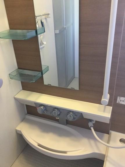 浴室の水アカを落とす