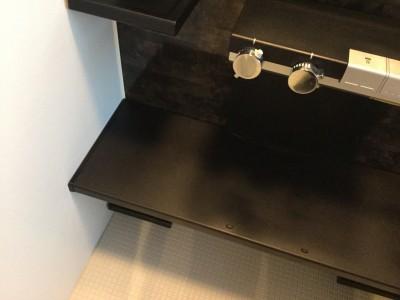 黒い素材に固着した白い水垢を落とす方法