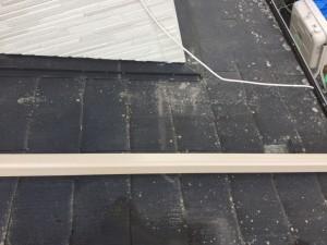 スレート屋根はコケが生えやすく最近ではアスベスト無しのスレートが主流でアスベスト入りに比べたらもろい。とはいいながら、屋根を歩くことは可能です。今回はコケ落としのご依頼でお伺いしました。