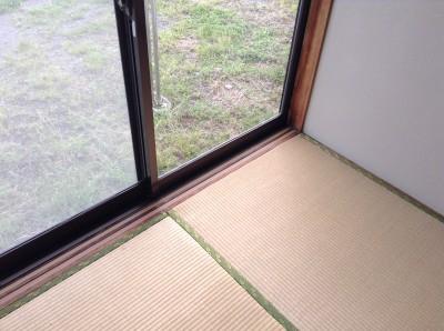 ガラスの結露防止フェルト粘着物除去 敷居テープ補修