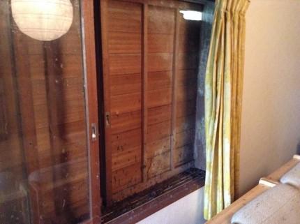 雨戸とガラスの内側の被害