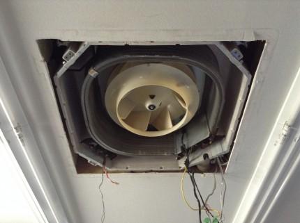 天井に埋め込まれたエアコンのクリーニング