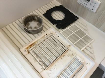 浴室暖房乾燥機から黒いゴミが降ってくるのは原因があります。 内部ファンに固着した汚れが剥がれて舞い落ちてくるのです。