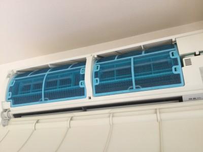 ファン内部までびっしりカビが繁殖したエアコンは、 使うと共にカビの胞子を部屋中にまき散らいしていることと同じ。 そんなエアコンはお掃除でキレイになるのか?