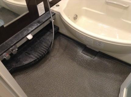 黒いお風呂の水アカ落とし