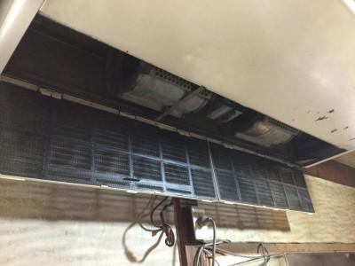 古いタイプの天吊エアコンの洗浄ですが、 勇気が必要です。