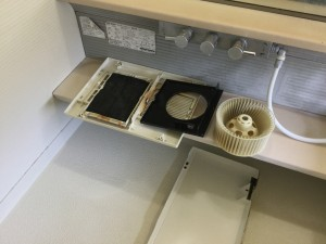 浴室の石鹸カス、水アカ、黒カビを落とす。 1坪ほどの浴室で汚れの蓄積が強い場合は・・・ 4時間程かかる浴室クリーニングは、 次の写真のように仕上げることが可能です!浴室の石鹸カス、水アカ、黒カビを落とす。 1坪ほどの浴室で汚れの蓄積が強い場合は・・・ 4時間程かかる浴室クリーニングは、 次の写真のように仕上げることが可能です!