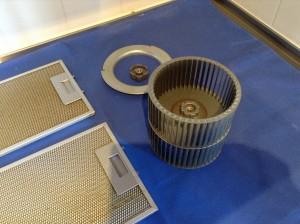 フードを引き出すと、自動でスイッチONとなり、換気扇が動き出す画期的レンジフードです