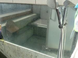 鏡のウロコ汚れと呼ばれる白いモヤモヤ汚れ。