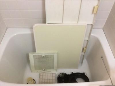 お風呂の外したものを洗浄する。