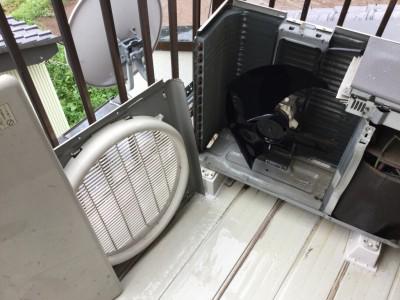 古いエアコンの分解洗浄