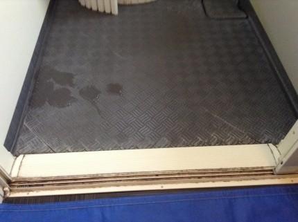 カラリ床の白い汚れ