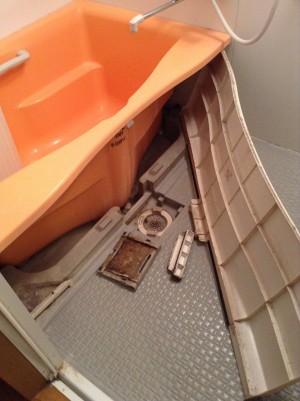 バスタブのエプロン内部の汚れ洗浄