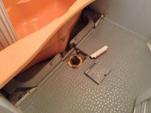 開けてビックリ!!バスタブのエプロン内部の汚れは、黒いヘドロ状になってカビの繁殖に適した環境になっています。一度開けたが最後!!徹底洗浄致します!!