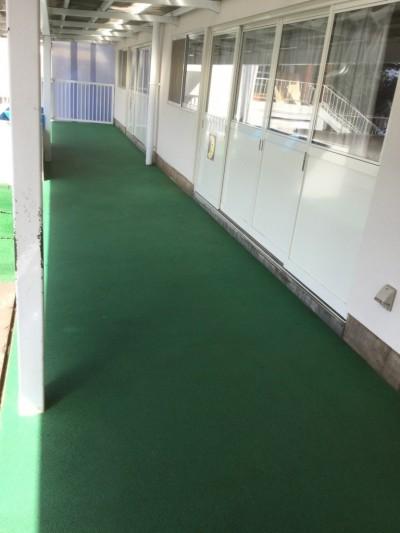 施設のエントランスクリーニング(緑色の合成ゴム:タータン)を高圧洗浄して土砂類を除去する。