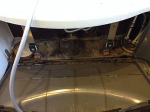 水栓金物下のエプロン内部汚れクリーニング